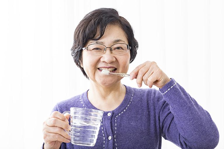 ご高齢の方のむし歯や歯周病対策としての歯磨き